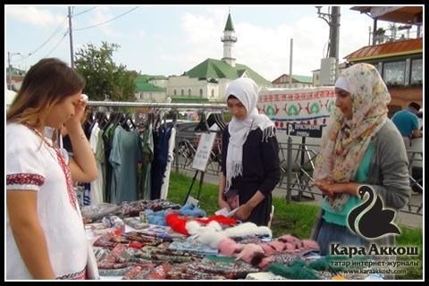 Женские платки и мечеть аль-Марджани на соседней улице