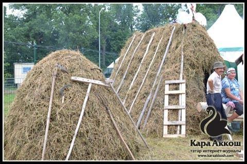 Стог сена, импровизированный шалаш