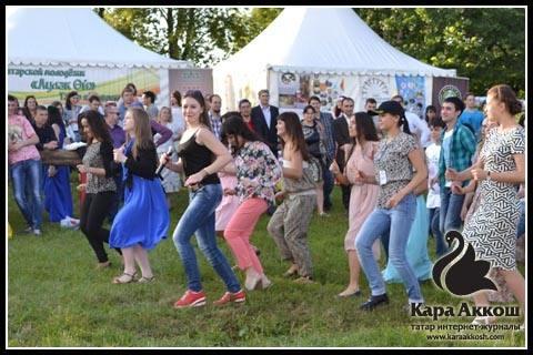 Танцевальный флешмоб у шатра татарской молодежи «Аулак өй»