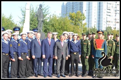 Рустам Минниханов в окружении курсантов