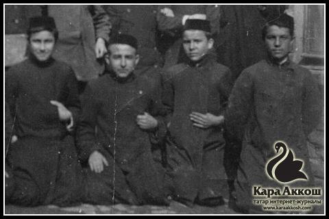 Габдулла Тукай (второй справа) во время обучения в медресе «Мутыгия». Город Уральск. 1905 год.