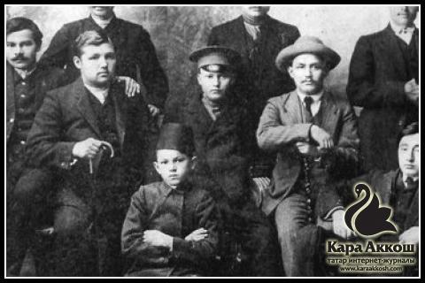 Тукай (в центре в фуражке) среди членов татарского драматического кружка. Город Астрахань. 1911 год.