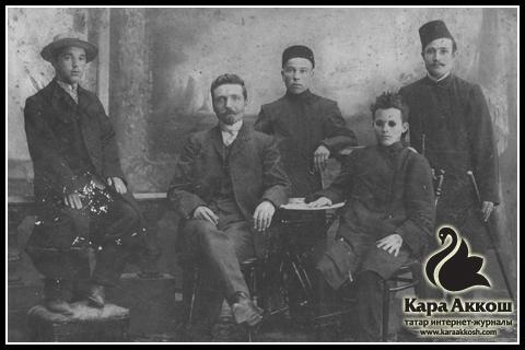 Тукай в кругу товарищей. Город Уральск. 1906 год.